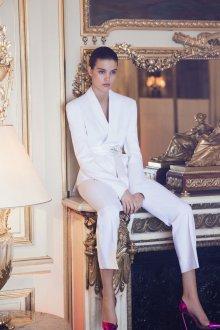 Белые женские брюки с пиджаком