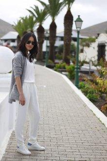 Белые женские брюки со складками