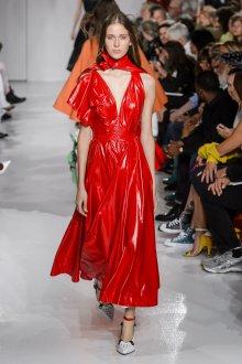 Платье на бретелях красное