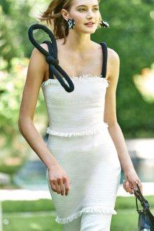 Платье на бретелях модное