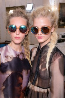 Зеркальные очки в коричневой роговой оправе