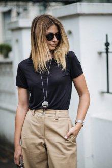 Черная футболка с аксессуарами