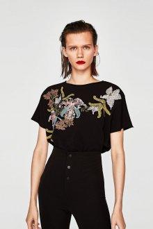 Черная футболка с цветочной вышивкой