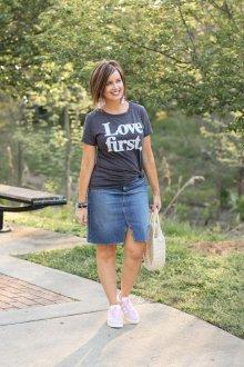 Черная футболка с джинсовой юбкой