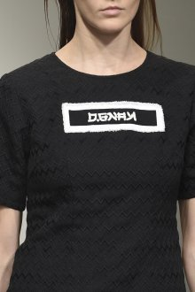 Черная футболка фактурная