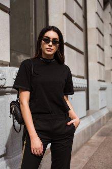 Черная футболка под горло