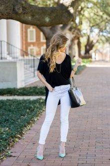 Черная футболка с белыми джинсами