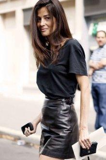 Черная футболка с кожаной юбкой