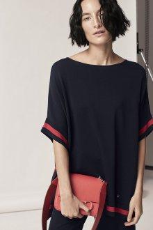 Черная футболка с красными полосками