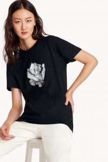 Черная футболка с розой