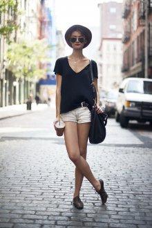 Черная футболка с шляпой