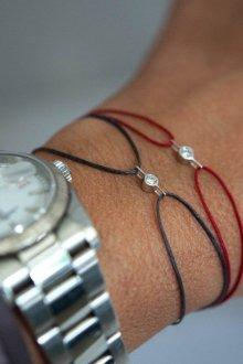 Браслет из шнурков с кристаллами