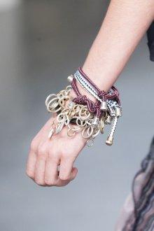 Браслет из шнурков с металлическим декором