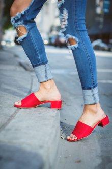 Закрытые босоножки красные на низком каблуке