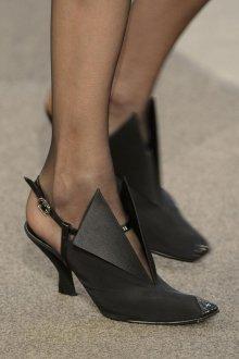 Закрытые босоножки на низком каблуке