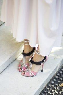 Закрытые босоножки розовые с серебром