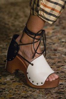 Закрытые босоножки со шнуровкой