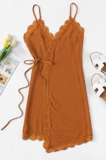 Платье с запахом и кружевом