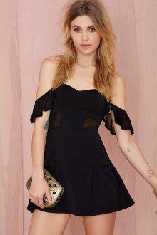 Короткое черное платье с открытыми плечами