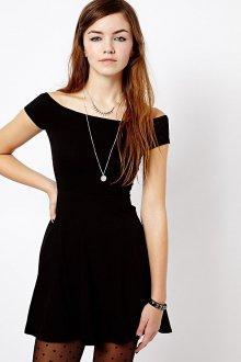 Черное платье с открытыми плечами с кулоном