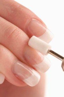 Снятие старого слоя и обработка рабочей зоны ногтевой пластины