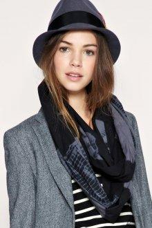 Стильная серая шляпа