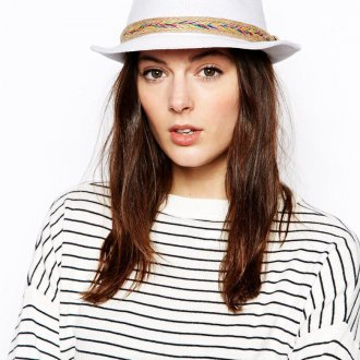 Модная белая шляпа федора