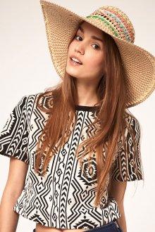 Широкая летняя шляпа
