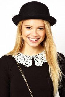 Модная маленькая черная шляпа из фетра