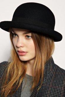 Модная маленькая черная шляпа