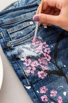 Какими декоративными элементами можно украсить рваные джинсы