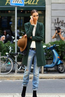 Бойфренды с зеленым пальто