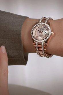 На какой руке носят часы женщины
