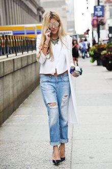 Модный образ с рваными джинсами