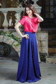 Длинная синяя юбка с красной футболкой