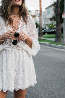 Белое кружевное платье — базовый элемент гардероба