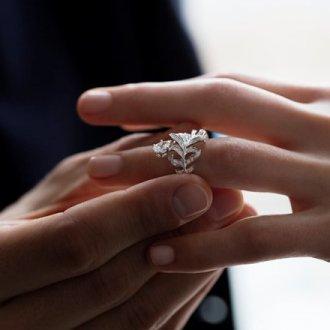 Когда дарят помолвочное кольцо