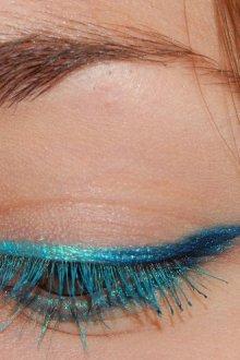 Особенности эффектно использовать синей туши в макияже