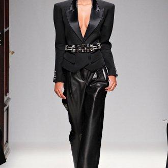 Женские кожаные брюки с черным пиджаком