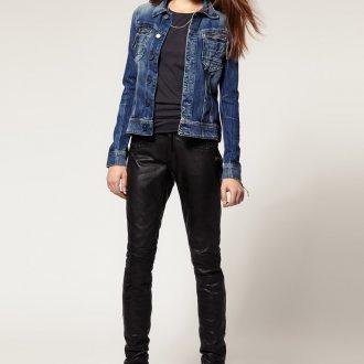 Женские кожаные брюки с черной обувью