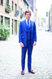 С чем носить синий мужской костюм