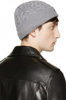 Модная светло-серая мужская шапка