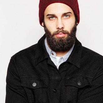 Модная бордовая мужская шапка