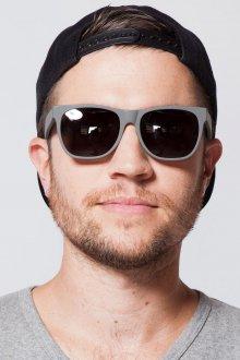 Стильные мужские солнцезащитные очки в серой оправе