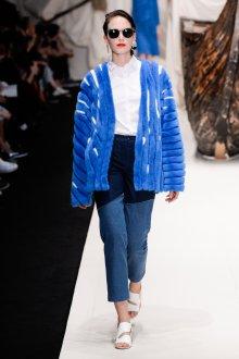 Стильный женский уличный образ с джинсами и шубой