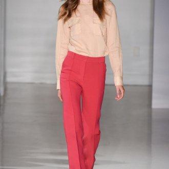 Модный уличный образ с красными брюками