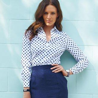 Белая женская рубашка в синий горошек