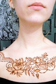 Рисунок на груди