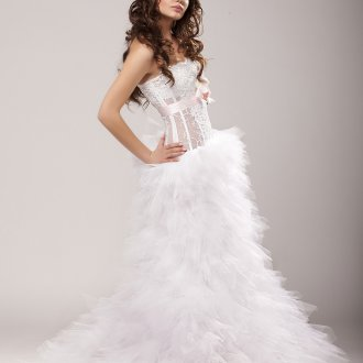 Пышное свадебное платье с прозрачным корсетом