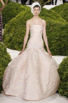 Кремовое платье с необычной юбкой